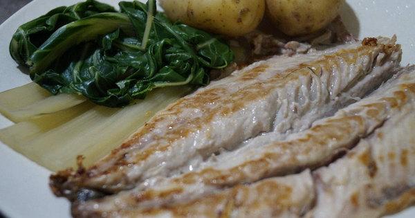 sgombro alla griglia con patate e verdure